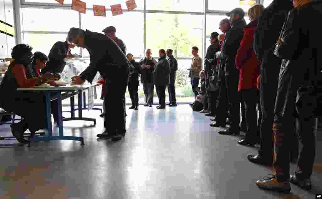 Cử tri xếp hàng tại một phòng phiếu ở Strasbourg, ngày 22 tháng 4 năm 2012 (Reuters)