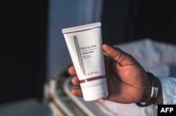 Produk pemutih kulit sering menggunakan hidrokuinon yang bila dipakai dalam jumlah besar, justru beracun untuk kulit.