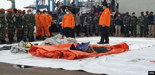 Temuan Tim SAR gabungan yang baru diturunkan dari kapal TNI pada Minggu (10/1/2021) pagi. (Foto: VOA/Sasmito)