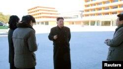 Pemimpin Korea Utara Kim Jong Un mengunjungi kamp anak-anak di Provinsi Kangwon, dalam foto yang dirilis Korean Central News Agency di Pyongyang, 7 December 2016.