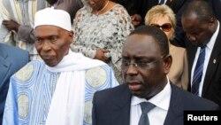L'actuel président sénégalais Macky Sall, à droite, aux côtés de son prédécesseur Abdoulaye Wade à Dakar, Sénégal, 2 avril 2012.