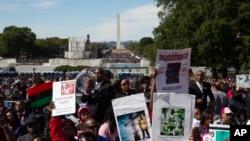 Miles de personas llenaron el National Mall en Washington, el sábado, 10 de octubre de 2015, ondeando banderas y pancartas en el vigésimo aniversario de la Marcha del Millón de Hombres.
