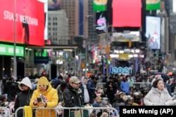 Люди збираються в Нью-Йорку для святкування зустрічі Нового року 2020