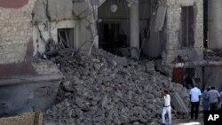 Polisi Mesir berdiri di depan gedung konsulat Italia di Kairo, pasca ledakan bom yang menewaskan satu orang (11/7). (AP/Hassan Ammar)