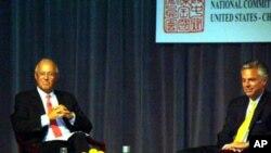 美國前駐華大使洪博培(右)在美中關係全國委員會上談論美中關係﹐左為會長史提夫歐林斯。