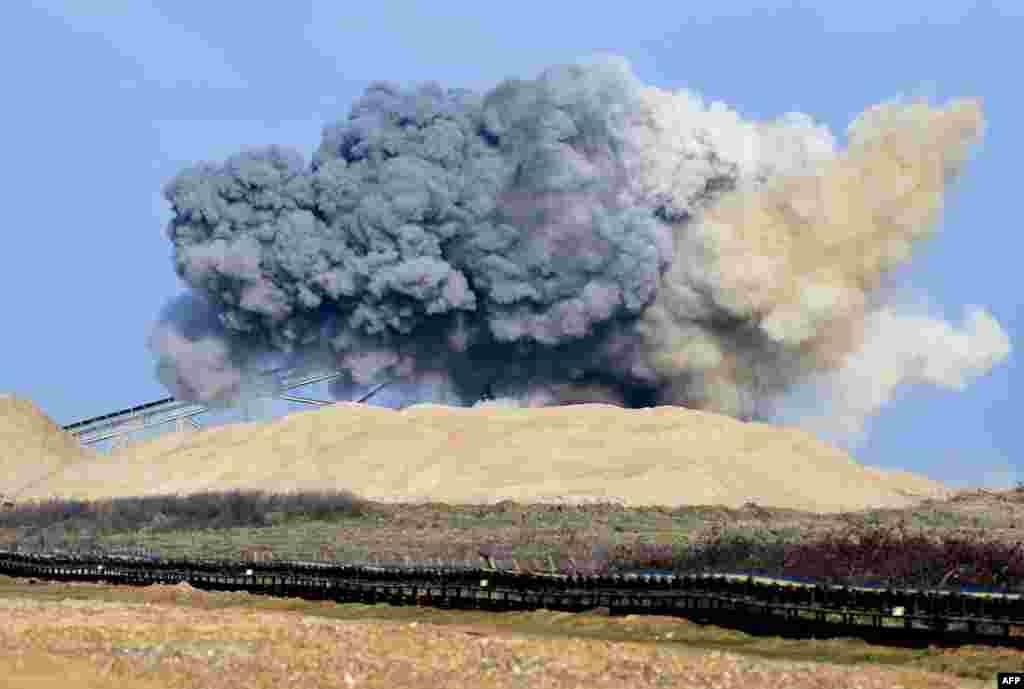 Một hình ảnh Bản tin từ Bộ Quốc phòng Anh, cho thấy hậu quả của một vụ nổ có kiểm soát được thực hiện bởi quân đội trên một quả bom chưa nổ thế chiến thứ hai đã được phát hiện tại một công trường xây dựng ở phía nam London.