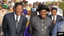 Tổng thống Nigeria Goodluck Jonathan (phải) và Tổng thống Cộng hòa Benin Boni Yayi trò chuyện trong cuộc họp khẩn cấp của lãnh đạo các nước Tây Phi