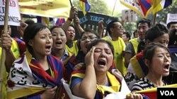 Warga Tibet di pengasingan melakukan protes di depan kantor PBB di New Delhi, India menuntut pengiriman tim pencari fakta PBB ke Tibet (6/3).