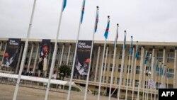 Bato baike na etando ya Palais du peuple, ndako ya parlement, na Kinshasa, RDC, 2 mai 2016.