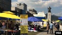 """南韓渡輪""""世越號""""遇難者家屬佔據首爾市中心一處廣場進行抗議。(美國之音斯特羅瑟拍攝)"""
