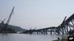 Cây cầu đang xây ngang qua sông Irrawaddy, về hướng tây thị trấn Shwebo bị sụp xuống trong trận động đất hôm 11/11/12