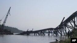 Sebuah jembatan yang sedang dibangun di atas Sungai Irrawaddy di Shwebo, Burma utara runtuh akibat gempa hari Minggu pagi (11/11).