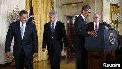امریکہ کے موجودہ وزیرِ دفاع لیون پنیٹا اور ان کے عہدے کے لیے نامزد کیے گئے سابق سینیٹر چک ہیگل صدر اوباما کے ہمراہ