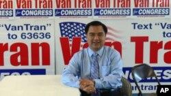 ທ່ານ Van Tran ຄົນອາເມຣິກັນ ເຊື້ອສາຍຫວຽດນາມ ສັງກັດພັກ Republican ທີ່ສະມັກເລືອກຕັ້ງໃໝ່ ກໍາ ລັງແຂ່ງຂັນຍາດເອົາບ່ອນນັ່ງໃນສະພາຕໍ່າ ກັບທ່ານນາງ Loretta Sanchez ເຊື້ອສາຍ Mexico ສັງກັດພັກ Democrat