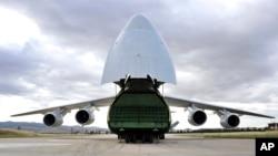 지난 12일 터키 앙카라 인근 공군기지에서 터키가 러시아로부터 구매한 'S-400' 방공미사일 첫 인도 분이 반입됐다.