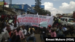 Les manifestants s'assoient à même le sol en signe de deuil des victimes du massacre de Béni, à Bukavu, 26 mai 2016. VOA/ Ernest Muhero