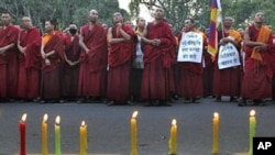 流亡新德里的藏人僧侣举行烛光守夜活动,支持处于困境中的藏族同胞