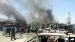 Pasukan keamanan meninjau lokasi serangan bom bunuh diri di dekat sebuah pasar yang ramai di distrik Urgun provinsi Paktika, Selasa (15/7).