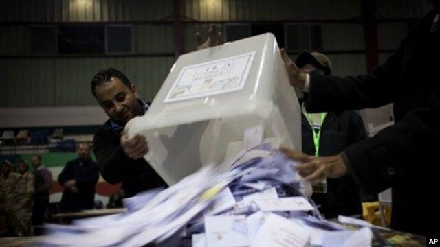 투표 상자를 개봉하는 선거관리위원회 관계자들