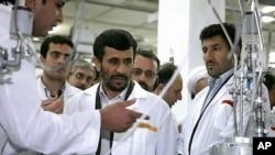 艾哈邁迪內賈德參觀核設施。