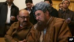 Ông Irfan Sadiqui (trái) trưởng phái đoàn thuong thuyết của chính phủ nói chuyện với giáo sĩ thân Taliban Maulana Samiul Haq trước buổi họp báo ở Islamabad, Pakistan, 6/2/14