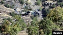 پرواز هلیکوپتر نظامی ترکیه بر فراز منطقه کوهستانی چوکورچا نزدیک مرز عراق، که نیروهای پ ک ک در آن فعال هستند - آرشیو