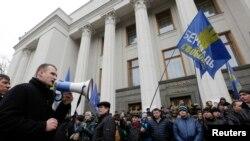 우크라이나 수도 키예프의 의회 건물에 27일 반 야누코비치 시위대가 모여있다.