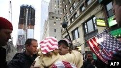 Cư dân New York phản ứng sau tin về cái chết của Osama bin Laden tại khu vực 'ground zero' (nơi từng hiện diện Tòa Tháp Ðôi)