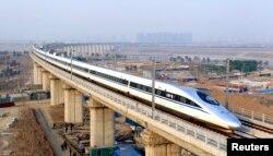중국 베이징에서 광저우로 향하는 고속철이 용딩강 다리를 건너고 있다.