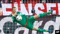 Manuel Neuer arretant un penalty de Fernando Torres lors de la demi-finale de la ligue des chmpions entre le Bayern et l'Atletico Madrid le mardi 3 mai 2016 (AP Photo/Matthias...