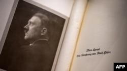 """Edisi asli buku Adolf Hitler dipajang di Yayasan Martin Bodmer Foundation dalam ekshibisi """"Perang dan Damai"""" di Cologny, dekat Jenewa, 11 Oktober 2019. (Foto: AFP)"""