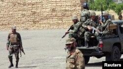 پاکستانی فوجی شمالی وزیرستان میں گشت کررہے ہیں (فائل فوٹو)