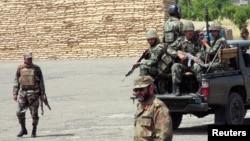 Tentara Pakistan berpatroli di sebuah pos tentara di Miranshah, kota utama di wilayah Waziristan Utara (Foto: dok).