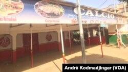 Grève des tenanciers de bars et alimentations, au Tchad, le 7 janvier 2020. (VOA/André Kodmadjingar)