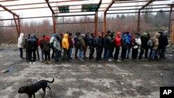 Des migrants font la queue dans une usine abandonnée, près de la frontière serbe, en Croatie, le 18 décembre 2017.