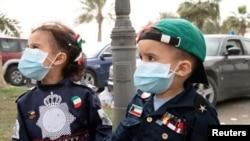 Trẻ em Kuwait đeo khẩu trang.