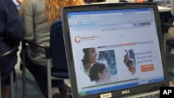 2013年10月1日伊利诺伊州公共卫生办事处工作人员帮助注册医疗保险