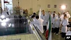 伊朗总统艾哈迈迪内贾德视察德黑兰北部的一个研究用反应堆中心(资料照片)