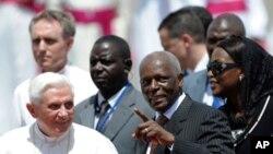 Papa Bento XVI recebido, em Luanda, pelo Presidente José Eduardo dos Santos, em 2009