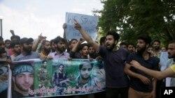 سری نگر کی ایک یونیورسٹی کے طلبہ برہانی وانی کی تصویر اٹھائے احتجاج کر رہے ہیں۔