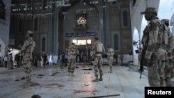 سربازان و ماموران بعد از انفجار در زیارتگاه