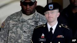 Prajurit AS yang dituduh membocorkan dokumen ke WikiLeaks, Bradley Manning (kanan) telah ditahan sejak pertengahan 2010 (foto: dok).