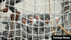 미2사단 공중강습 훈련 첫날인 26일 장애물 코스 훈련 중인 미군 장병과 카투사 장병들.
