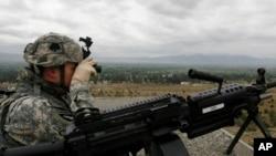 아프가니스탄 코스트에서 미 육군 101 공수사단 소속 군인이 초소를 지키고 있다. (자료사진)