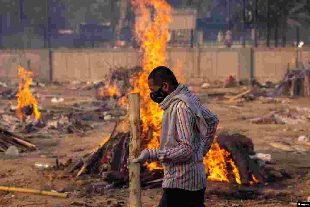 کرونا سے مرنے والے کو گھروں میں بھی زیادہ دیر تک نہیں رکھا جا سکتا اس لیے لوگ جلد از جلد آخری رسومات ادا کر دینا چاہتے ہیں۔