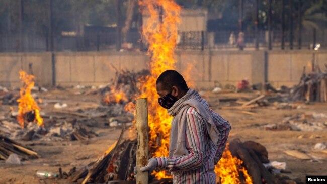 بھارت میں کرونا سے اموات، شمشان گھاٹوں میں رش