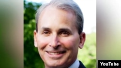 Ông Philip Bilden là giám đốc một công ty đầu tư tài chánh và là cựu sĩ quan tình báo.
