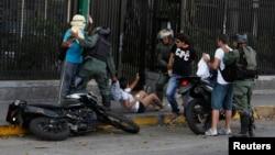 Tentara Venezuela menahan beberapa demonstran anti pemerintah dalam aksi di ibukota Caracas (16/3).