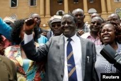 라일라 오딩가(가운데) 케냐 야권 연합 대통령 후보가 1일 대선 무효소송 결심 공판 직후 대법원을 나서며 기쁨을 표시하고 있다.