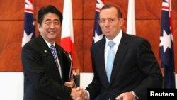 호주를 방문한 아베 신조 일본 총리(왼쪽)가 8일 토니 애벗 호주 총리와 정상회담을 가진후 악수하고 있다.